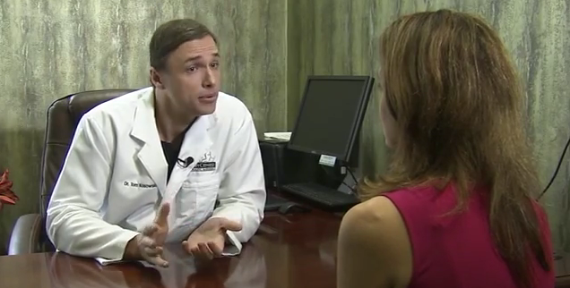 woman-speaking-with-her-doctor